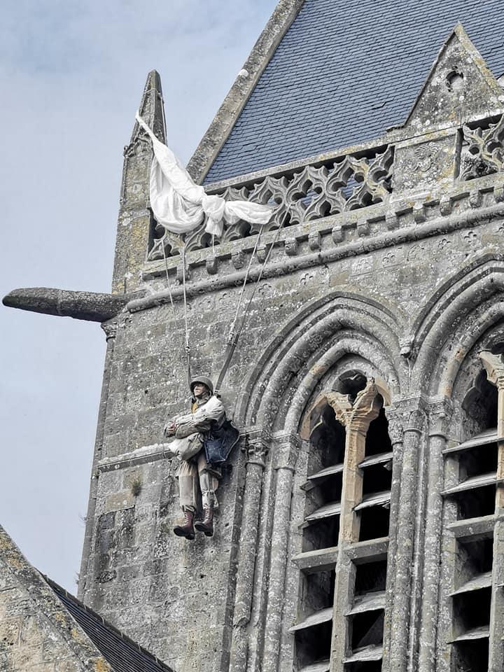 Sainte-Mère-Église kirken, hvor faldskærmssoldaten John Steele sad fast