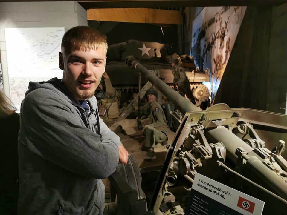 Nicki ved en kanon i Overlord Museet