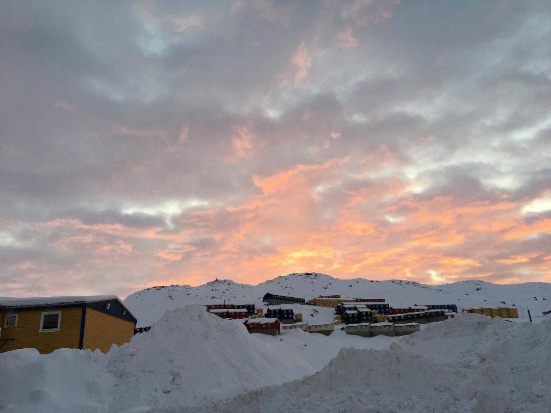 Aftenhimlen i Tasiilaq. Byen ligger i en bygd på Grønlands østkyst