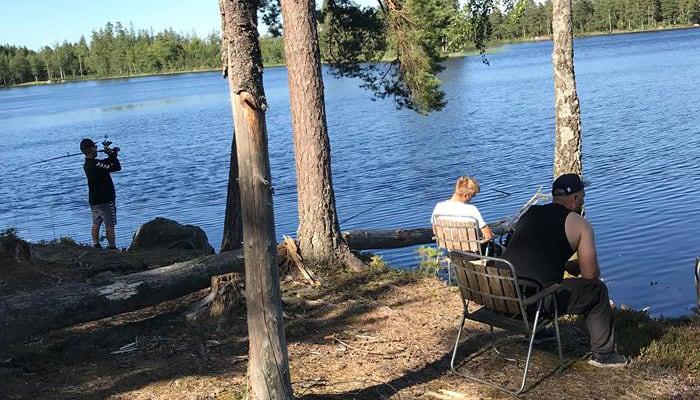 Pædagoger og unge ude for at fiske